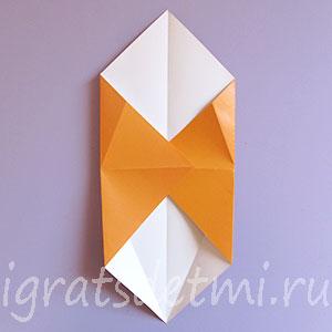 Сгибаем боковые углы квадрата к центру