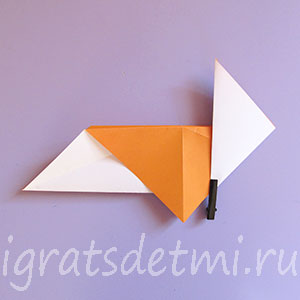 Производим сгиб по краю треугольника