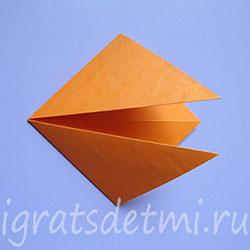 Сгибаем уголки к центральной линии сгиба, образуя квадрат