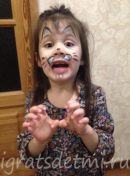 Внучка с аквагримом на лице