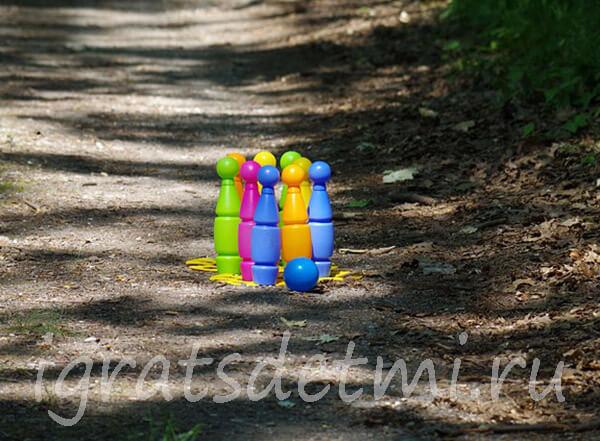 Кегли и мяч для игры